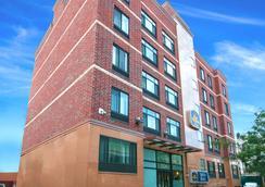 Best Western Plus Arena Hotel - Бруклин - Здание