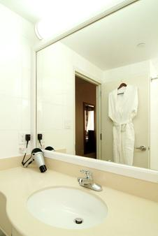 Best Western Plus Arena Hotel - Бруклин - Ванная