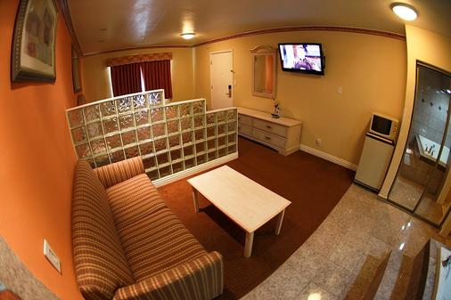 Glen Capri Inn & Suites - Burbank Universal - Glendale - Living room