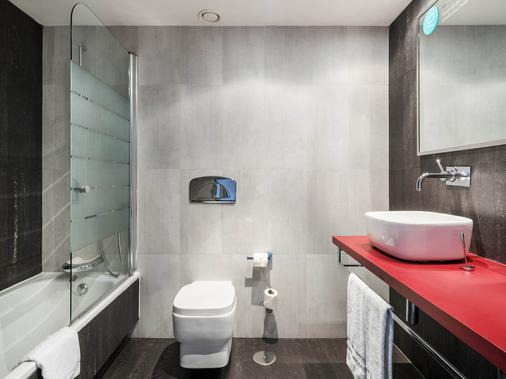 Ilunion Suites Madrid - Madrid - Bathroom