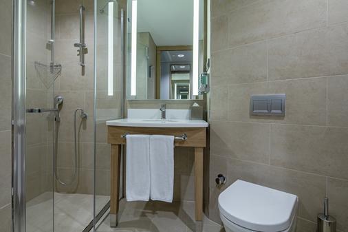 Hampton by Hilton Istanbul Zeytinburnu - Istanbul - Bathroom