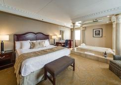 Monte Carlo Inn & Suites Downtown Markham - Markham - Bedroom