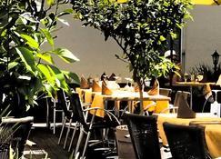 Hotel Restaurant La Croix Verte - Gland - Patio