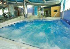 諾拉特樹林溫泉酒店 - 奧格羅韋 - 龐特維德拉 - 游泳池