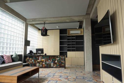 M Boutique Hostel - Kuta - Rezeption