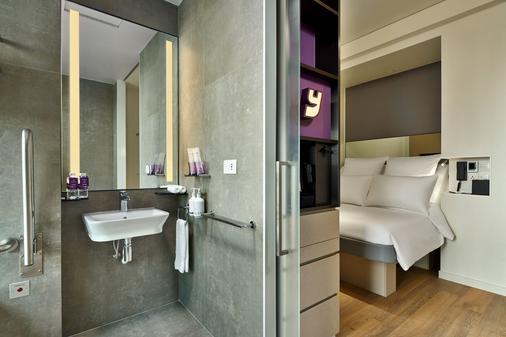 YOTEL Singapore - Singapore - Bathroom