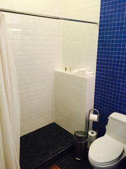 House 5863- Chicago's Premier Bed And Breakfast - Chicago - Bathroom