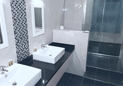 OYO Kingsley Hotel - Bournemouth - Bathroom