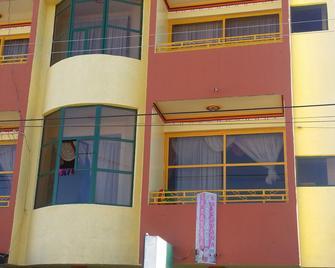 Residencial La Cabaña-Hostel - Uyuni - Building