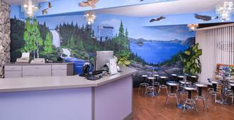 Maverick Motel - Klamath Falls - Front desk