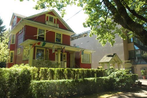 Douglas Guest House - Vancouver - Building