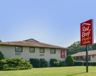 Red Roof Inn Plus+ & Suites Guilford - Guilford - Building