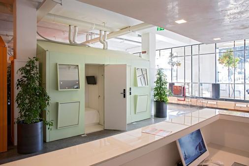 Bed And Boarding - Hostel - Naples - Front desk
