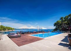 Hotel Maxim - بوزافا - حوض السباحة