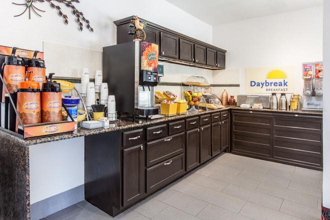 Days Inn by Wyndham Arlington - Arlington - Food