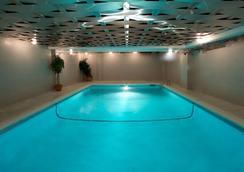 Century Plaza Hotel & Spa - Vancouver - Pool