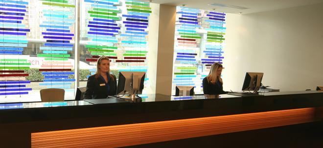 Century Plaza Hotel & Spa - Vancouver - Front desk