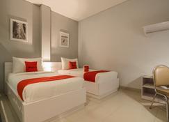 RedDoorz Plus near Soekarno Hatta Airport 2 - Tangerang City - Bedroom