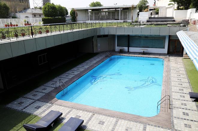 迪伊商標酒店度假村 - 新德里 - 新德里 - 游泳池