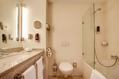 Fourside Hotel Braunschweig - Braunschweig - Bathroom