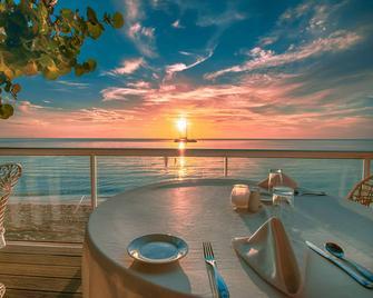 Travellers Beach Resort - Negril - Restaurant