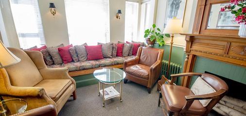 Adams Bed & Breakfast - Boston - Living room