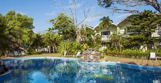 Fantasy Island Beach Resort - Coxen Hole - Piscina