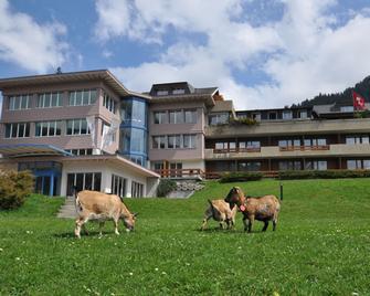 Ferien- und Familienhotel Alpina - Adelboden - Gebouw