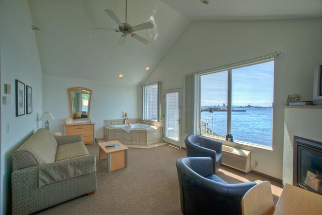 South Pier Inn - Duluth - Living room