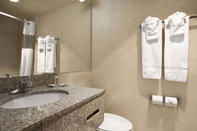 Howard Johnson by Wyndham Oklahoma City - Oklahoma City - Bathroom