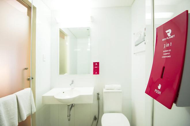 Red Planet Manila Mabini - Manila - Bathroom