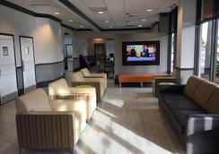 Days Inn & Suites by Wyndham Orlando Airport - Orlando - Lobby