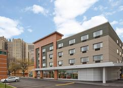 La Quinta Inn & Suites by Wyndham Chicago - Lake Shore - Chicago - Building
