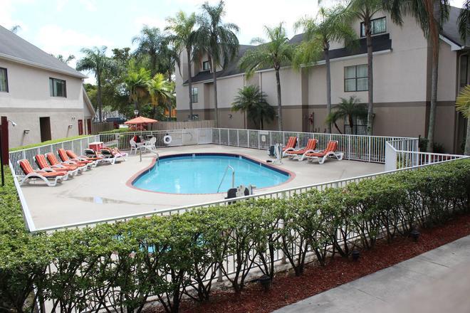 Doral Inn & Suites Miami Airport West - Doral - Πισίνα