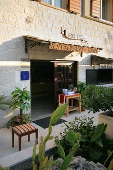 Hotel Trogir - Trogir - Innenhof