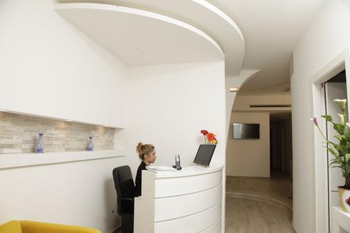 Maison Maneli Luxury B&B - Rome - Front desk