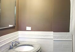 Longwood Inn - Brookline - Bathroom