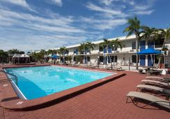 Days Inn by Wyndham St. Petersburg / Tampa Bay Area - Saint Petersburg - Πισίνα
