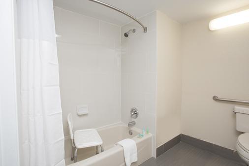 Days Inn & Suites by Wyndham Orlando Airport - Orlando - Bathroom