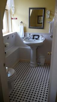 Burbank Rose Inn Bed & Breakfast - Newport - Bathroom
