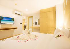 Araya Beach Hotel Patong - Patong - Schlafzimmer