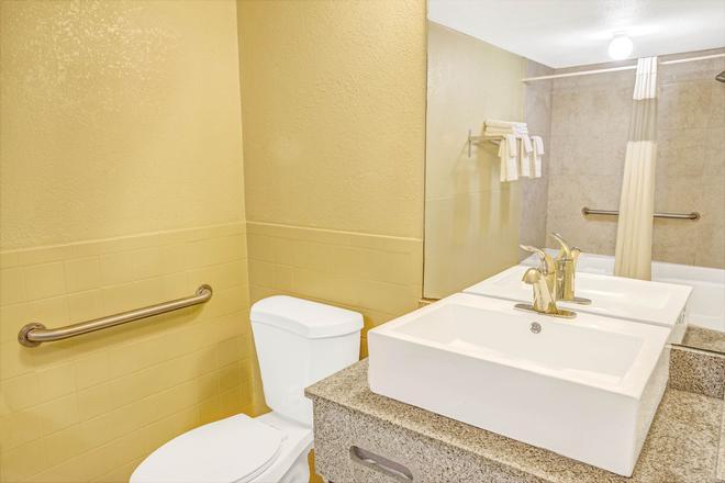 Days Inn by Wyndham St. Petersburg Central - Saint Petersburg - Bathroom