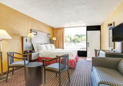 Days Inn by Wyndham St. Petersburg Central - Saint Petersburg - Bedroom