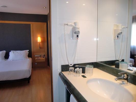 Hotel Barcelona Universal - Barcelona - Bathroom