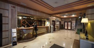 Hotel Sercotel Ciudad de Oviedo - Oviedo - Front desk