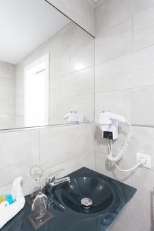 Hotel Sercotel Familia Conde - Huelva - Bathroom