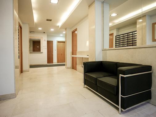 Apartamentos Turisticos Madanis - Barcelona - Hallway