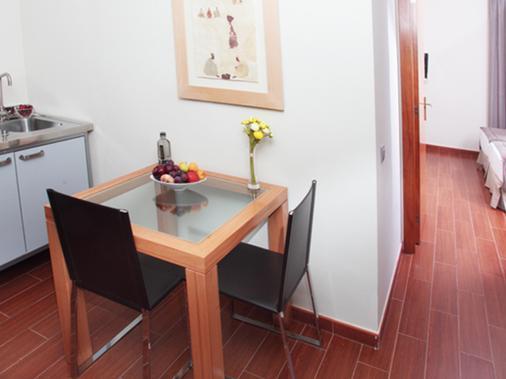 Apartamentos Turisticos Madanis - Barcelona - Dining room