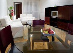 Apartamentos Mendebaldea Suites - Pamplona - Living room