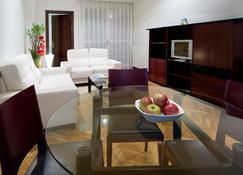 Apartamentos Mendebaldea Suites - Pamplona - Wohnzimmer